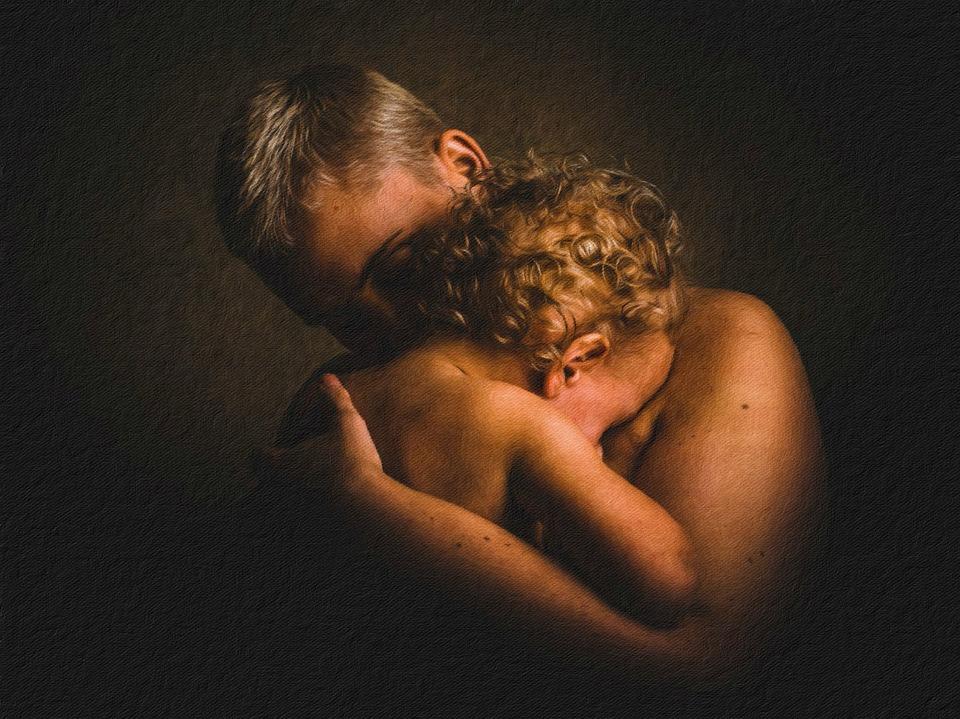 Madre e hija fundidas en un intenso abrazo piel con piel.