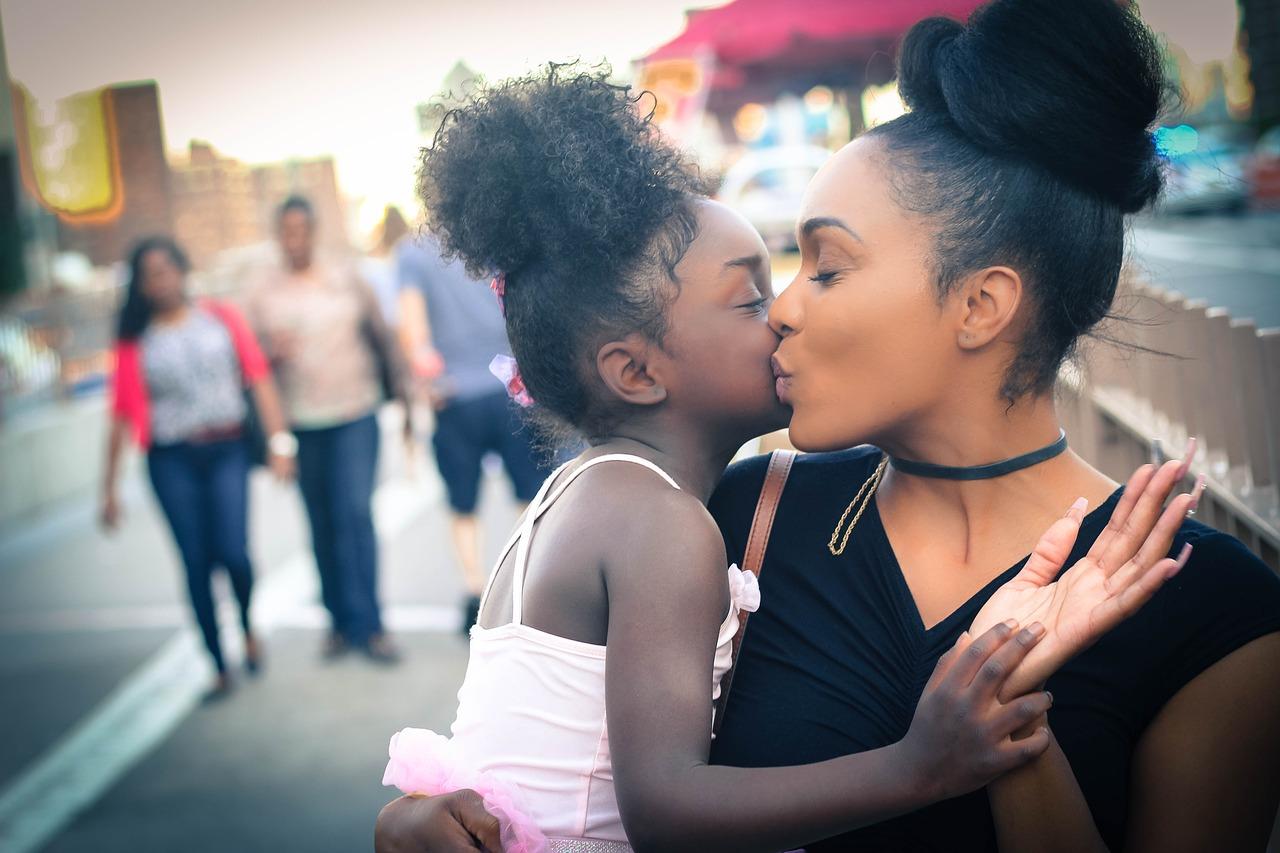 Beso sincero entre madre e hija.