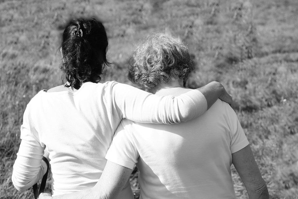 Madre e hija pasean unidas y en confidencias.
